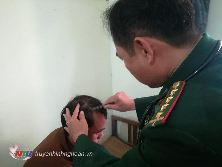Quân y Đồn BP Quỳnh Thuận chăm sóc vết thương cho các thuyền viên bị nạn.