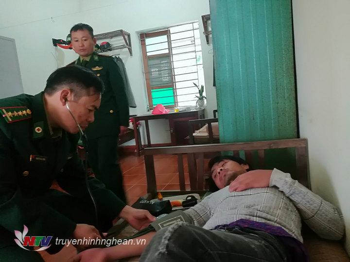 Quân y đồn BP Quỳnh Thuận chăm sóc sức khỏe cho các nạn nhân.