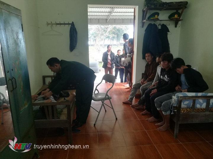Các thuyền viên được đưa về đồn BP Quỳnh Thuận chăm sóc sức khỏe.