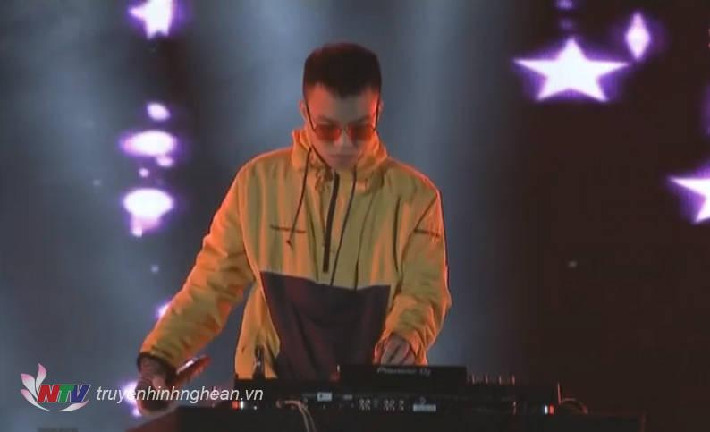Sân khấu bùng nổ với màn biểu diễn sôi động của DJ