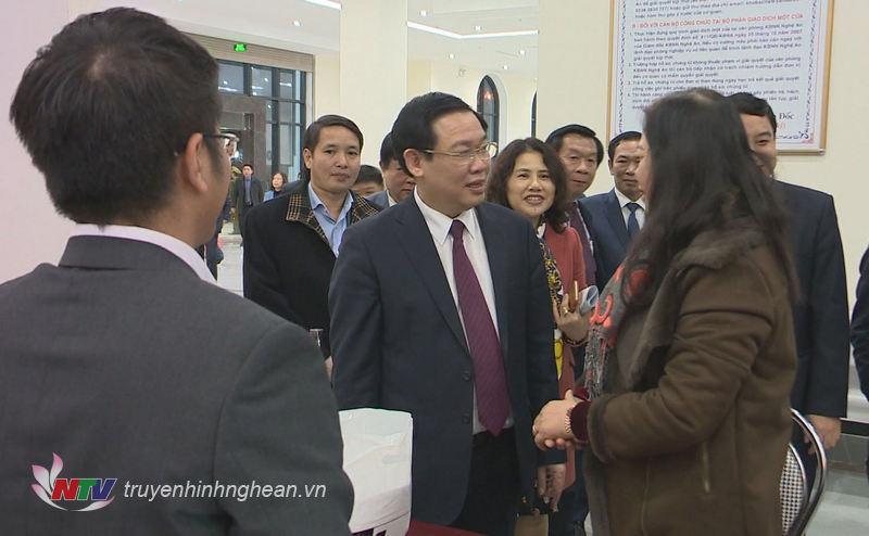 Phó Thủ tướng Vương Đình Huệ thăm hỏi, trò chuyện cùng cán bộ ngành Tài chính Nghệ An.