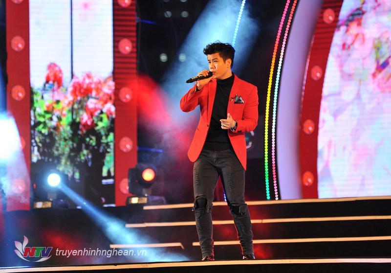 Ca sỹ Đinh Mạnh Ninh với ca khúc Mùa xuân ơi (ST: Nguyễn Ngọc Thiện)