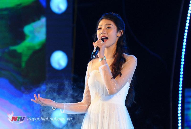 Top 15 HHVN 2018 - Đinh Phương Mỹ Duyên phô diễn tài năng ca hát trong Chương trình Chào năm mới 2019.