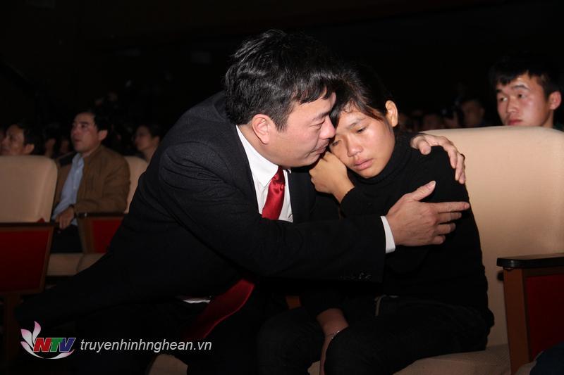 Đại diện Hội Doanh nghiệp tiêu biểu tỉnh Nghệ An chia sẻ cùng em Trương Thị Thương.