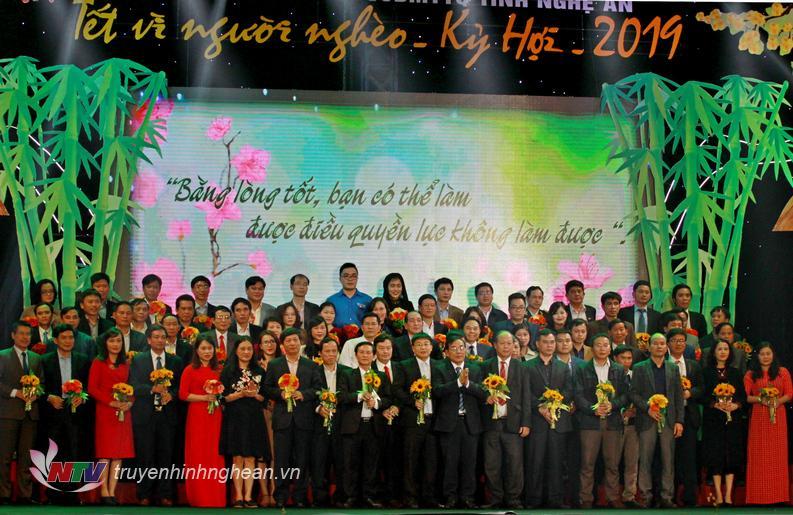 Đồng chí Cao Thị Hiền - Ủy viên BTV Tỉnh ủy, Phó Chủ tịch HĐND tỉnh và đồng chí Nguyễn Văn Huy, Chủ tịch UB MTTQ Việt Nam tỉnh Nghệ An tiếp nhận số tiền hỗ trợ của các cơ quan, đơn vị, doanh nghiệp.