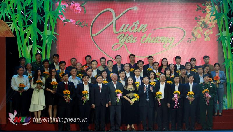 Chủ tịch UBND tỉnh Thái Thanh Quý và Chủ tịch UB MTTQ tỉnh Nguyễn Văn Huy tiếp nhận số tiền hỗ trợ của các cơ quan, đơn vị, doanh nghiệp