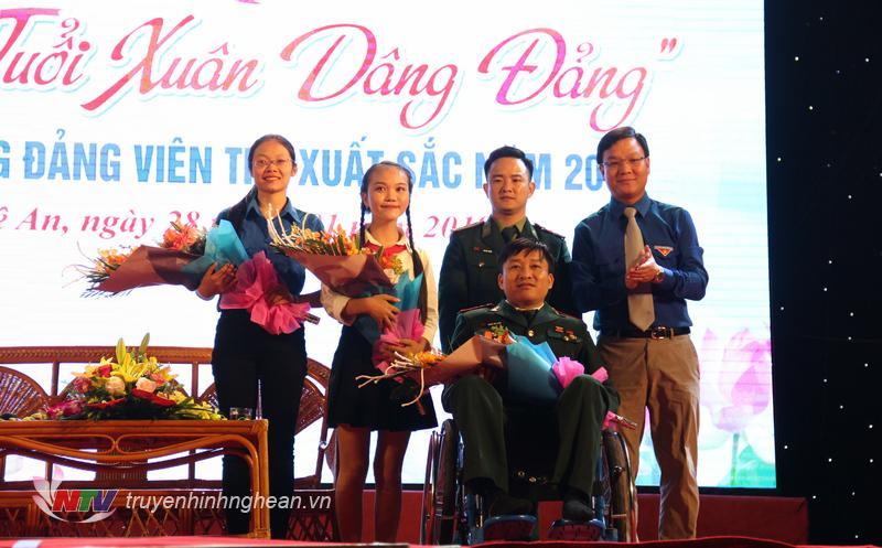 Bí thư Tỉnh đoàn Phạm Tuấn Vinh tặng hoa cho các khách mời giao lưu trong chương trình.