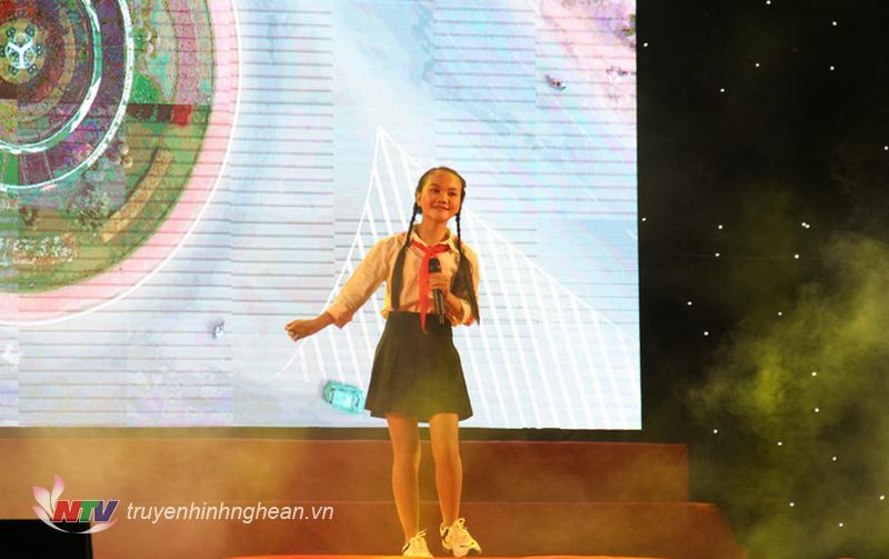 Quán quân giọng hát Việt nhí 2018 - Hà Kiều Như biêu diễn tại chương trình.