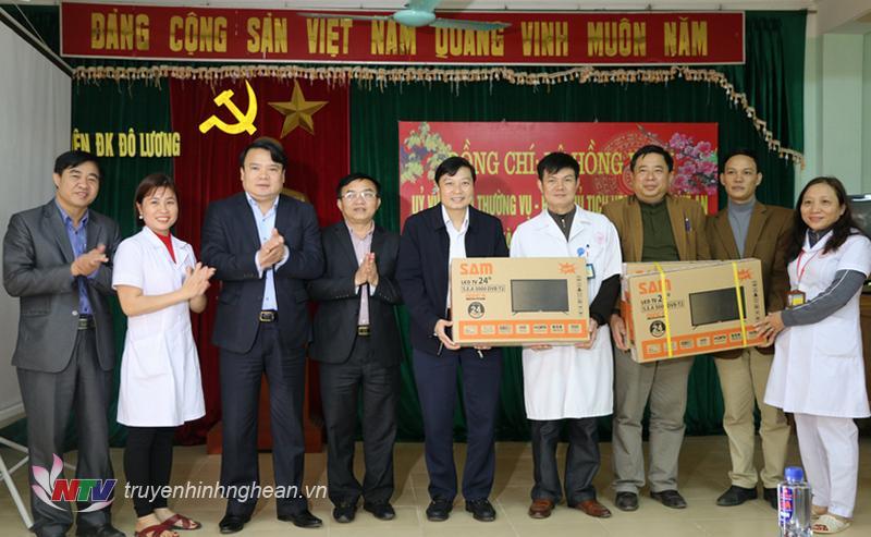 Phó Chủ tịch UBND tỉnh Lê Hồng Vinh chúc Tết, tặng quà cho cán bộ, đội ngũ y, bác sĩ Bệnh viện đa khoa huyện Đô Lương.