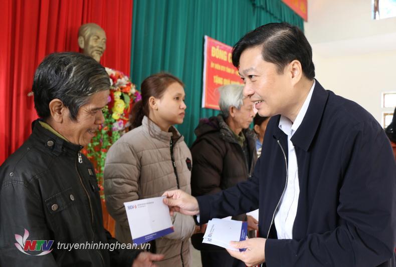 Phó Chủ tịch UBND tỉnh tặng quà Tét cho các hộ nghèo