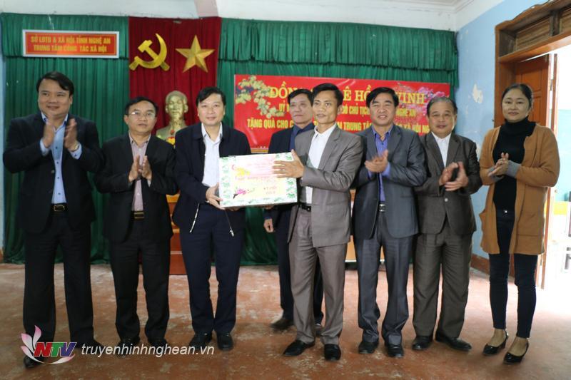 Phó Chủ tịch UBND tỉnh Lê Hồng Vinh tặng quà chúc Tết cán bộ,