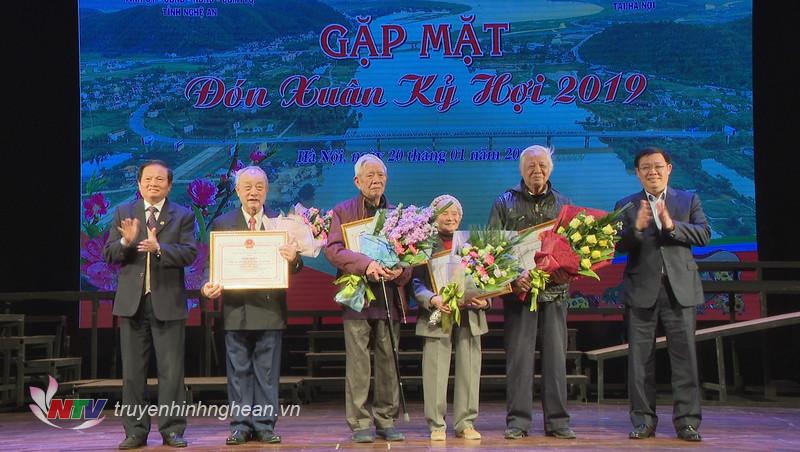 Đồng chí Vương Đình Huệ và đồng chí Lê Doãn Hợp trao tặng Bằng khen cho các đồng chí tuổi cao có nhiều đóng góp cho hoạt động của hội.