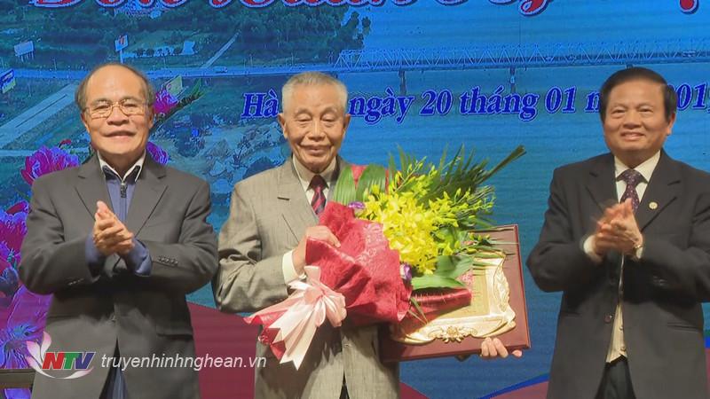 Đồng chí Nguyễn Sinh Hùng và đồng chí Lê Doãn Hợp tặng quà tri ân đồng chí Nguyễn Mạnh Cầm đã có nhiều đóng góp cho hội hơn 20 năm qua