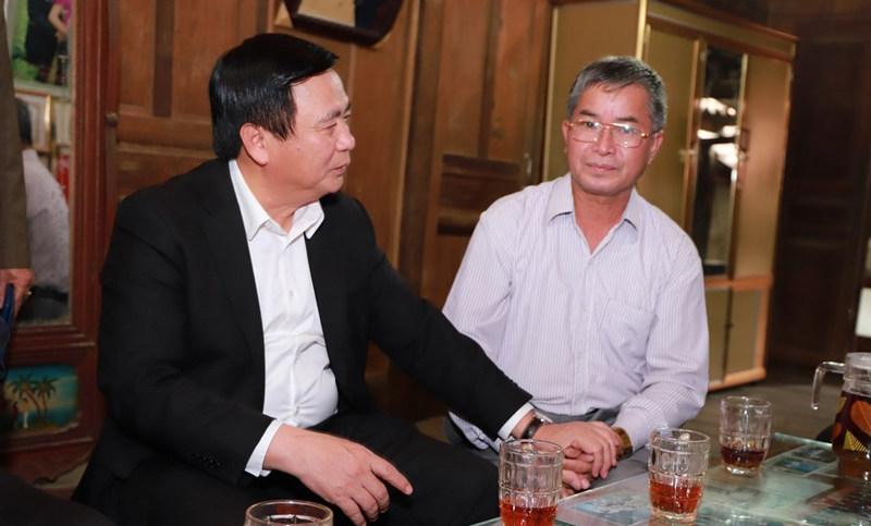 Bí thư Trung ương Đảng Nguyễn Xuân Thắng trò chuyện cùng ông Vi Hải Đào.