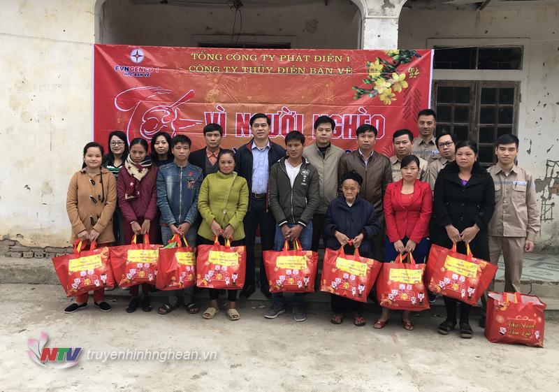 Trao quà Tết cho các hộ gia đình có hoàn cảnh khó khăn trên địa bàn huyện Tương Dương.
