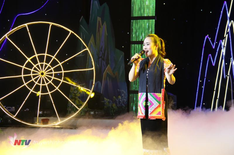 """Ca sĩ Thu Hoàng trong ca khúc """"Em về làm dâu núi rừng"""". Đây là ca khúc nhạc sỹ Lương Tuyển sáng tác dành tặng cho người bạn đời của mình."""