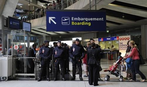 Cảnh sát Pháp gác tại một cổng của sân bay Charles de Gaulle