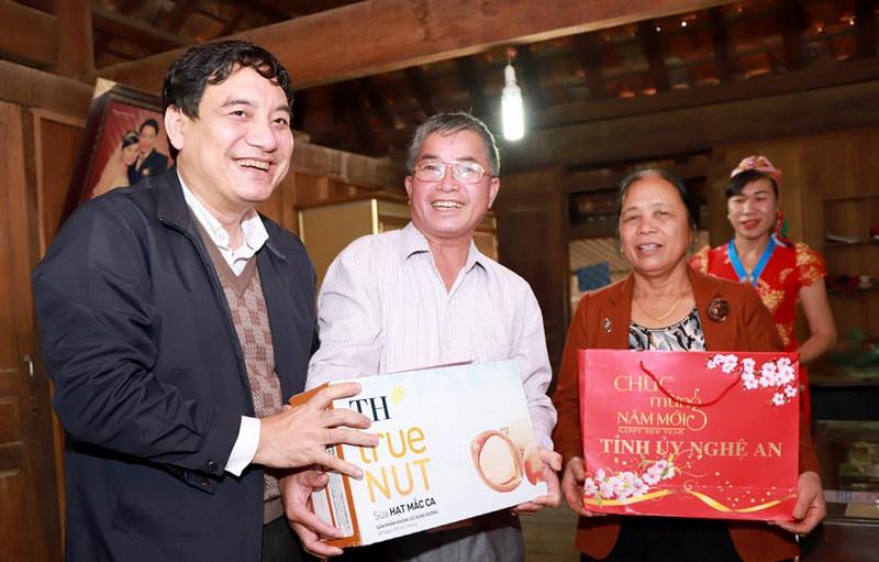 Bí thư Tỉnh ủy Nguyễn Đắc Vinh tặng quà chúc Tết gia đình ông Vi Hải Đào.