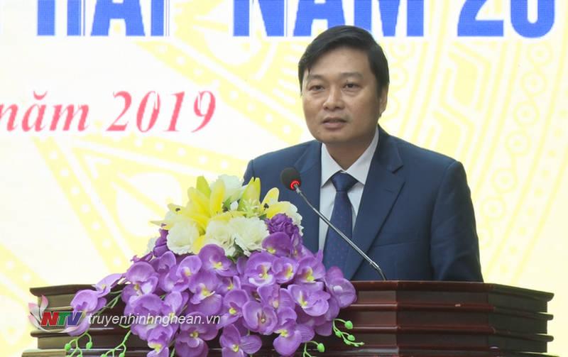 Phó Chủ tịch UBND tỉnh Lê Hồng Vinh phát biểu tại hội nghị.