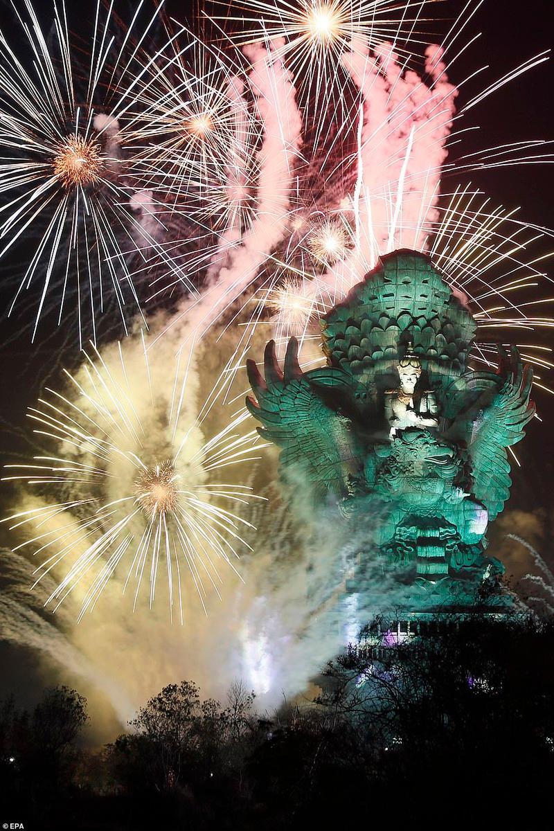 Màn bắn pháo hoa hoành tráng tại Bali, Indonesia.