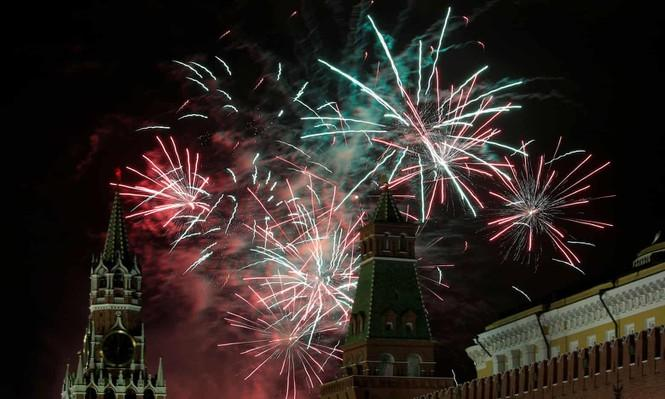 Lúc 4h sáng 1/1 (giờ Việt Nam), nước Nga chính thức đón năm mới 2020 bằng màn pháo hoa rực sáng Quảng trường Đỏ (Moscow).