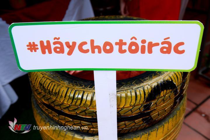 Các thông điệp bảo vệ môi trường tại lễ hội.