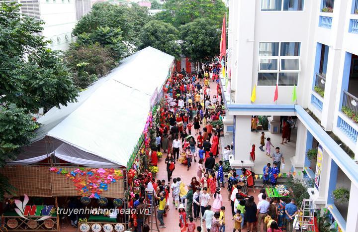 Lễ hội thu hút hàng nghìn học sinh, phụ huynh tham gia.