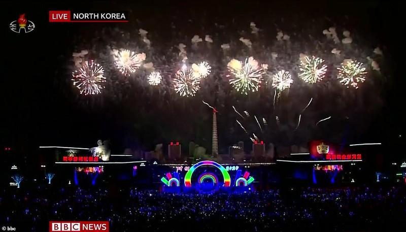 Thủ đô Bình Nhưỡng, Triều Tiên vừa bắn pháo hoa vừa tổ chức chương trình nghệ thuật rất hoành tráng để chào năm mới 2020.