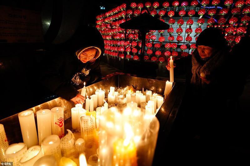 Các tín đồ Phật giáo ở Hàn Quốc thắp nến cầu nguyện tại ngôi đền Jogyesa vào đêm giao thừa ở Seoul.