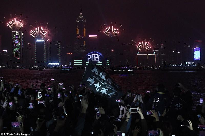 ất chấp khủng hoảng chính trị, người dân Hong Kong (Trung Quốc) vẫn đổ xuống đường đón giao thừa, hy vọng có 1 Năm mới tốt đẹp hơn.