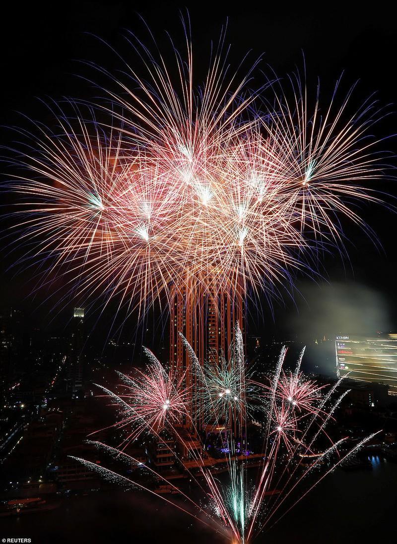 Màn pháo hoa rực rỡ chào Năm mới 2020 trên sông Chao Phraya ở Bangkok, Thái Lan.