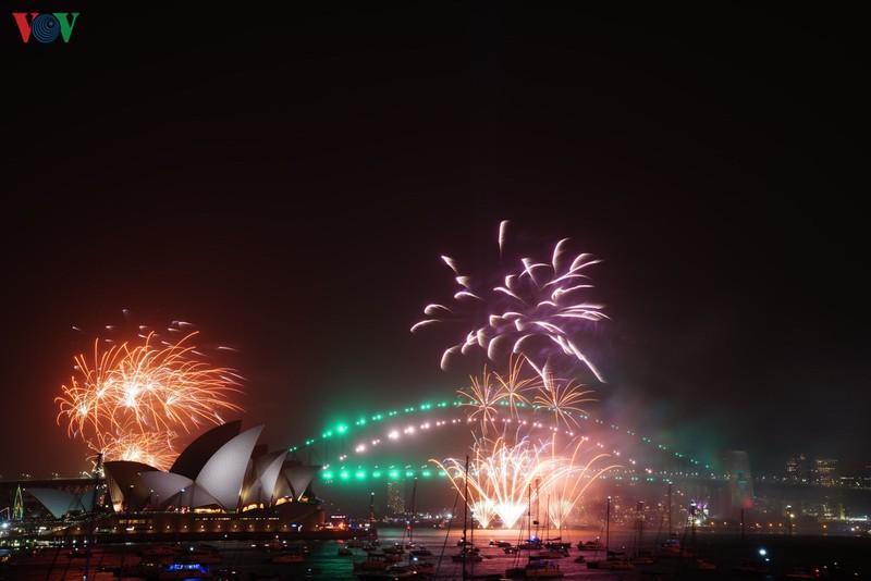 Cầu cảng Sydney và Nhà hát Opera Sydney của Australia bừng sáng khi những cây pháo hoa đủ màu sắc được bắn lên trời chào Năm mới, tạo ra một khung cảnh lung linh, đẹp mắt.