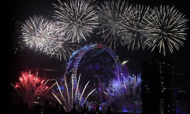 Cũng giống như mọi năm, khu vực London Eye là tâm điểm của sự chú ý trong các hoạt động chào đón năm mới với màn trình diễn pháo hoa vô cùng ấn tượng