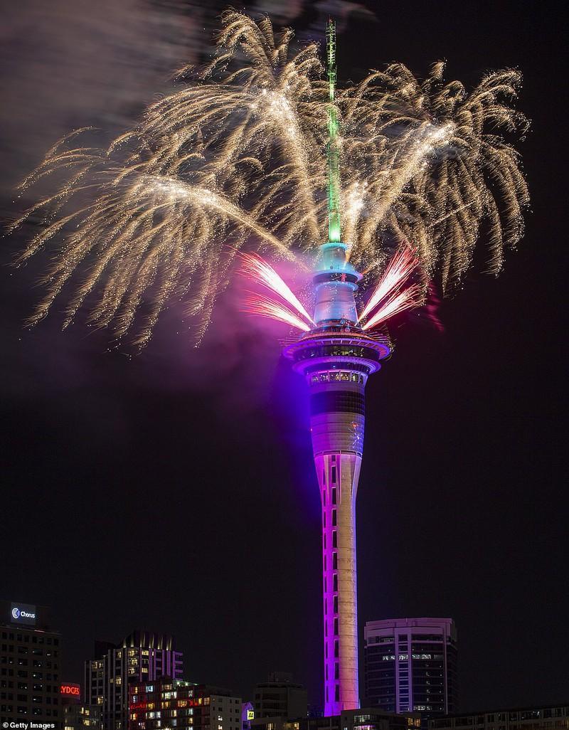 Màn pháo hoa hoành tráng trên đỉnh tháp SkyTower tại Auckland, New Zeland, đón chào Năm Mới 2020.