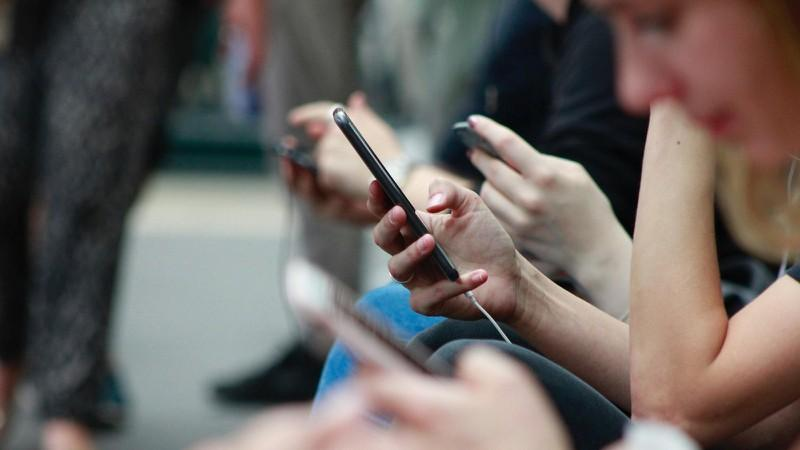 """2. Tuyệt đối không dùng wifi công cộng trong các giao dịch trực tuyến. Wifi miễn phí có thể hữu ích và hấp dẫn, nhưng đây cũng là cơ hội tạo """"bẫy"""" phổ biến của tin tặc nhằm đánh cắp thông tin người dùng."""