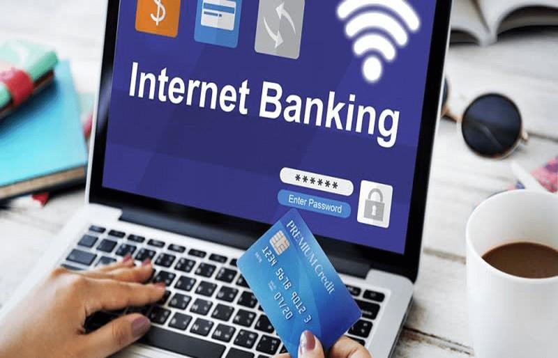 3. Sử dụng ứng dụng chính thức của ngân hàng: Ngân hàng nào cũng cung cấp một ứng dụng ngân hàng di động chính thức trên nhiều nền tảng khác nhau, được thiết lập với một số giao thức bảo mật và mã hóa, an toàn hơn cả dịch vụ ngân hàng qua điện thoại hoặc SMS. Tuy nhiên, luôn phải kiểm tra kỹ xem ứng dụng bạn sắp tải xuống có đúng không trước khi cài đặt và sử dụng trên thiết bị của mình.