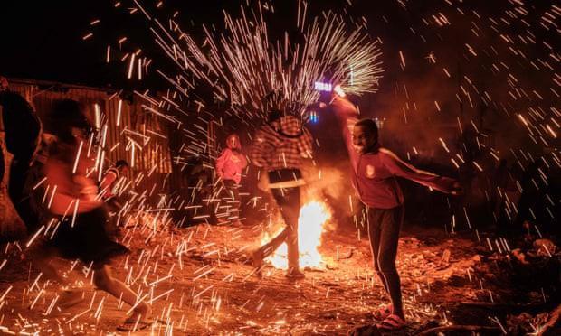 Trẻ em vui đùa với những ống pháo tự chế mừng Năm mới 2020 tại khu ổ chuột Kibera ở Nairobi, Kenya
