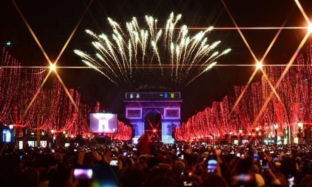 Biển người ở khu vực đại lộ Champs-Élysées (Pháp) để chiêm ngưỡng màn pháo hoa mừng năm mới.