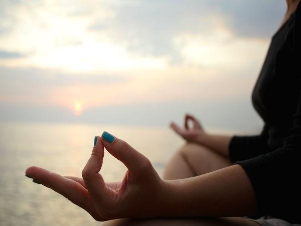 Thiền: Cách tốt nhất để đẩy lùi các suy nghĩ tiêu cực và đem lại năng lượng tích cực vào cuộc sống hằng ngày là thiền. Thiền giúp ta thư giãn, giảm căng thẳng, lo âu và hạ huyết áp. Hãy tập thiền 10 phút mỗi ngày để tăng cường sức khỏe tinh thần.