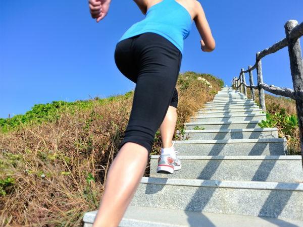Vận động nhiều hơn: Vận động không nhất thiết phải là tập thể dục hay tập gym. Vận động đơn giản là bất cứ hoạt động nào yêu cầu di chuyển, như đi thang bộ hay làm việc nhà. Các hoạt động đơn giản này có thể giúp giữ thân hình cân đối và ngăn ngừa bệnh tật.
