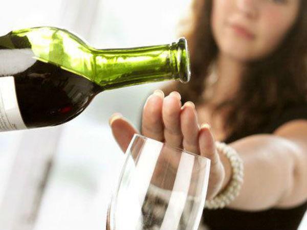 Uống ít rượu bia hơn: Bỏ rượu bia hoàn toàn cần rất nhiều nghị lực, vậy nên bạn có thể cân nhắc uống ít đi. Hãy giảm lượng cồn mà bạn uống mỗi tuần xuống còn 1 đến 2 ly, và bạn sẽ sớm thấy những thay đổi của cơ thể.
