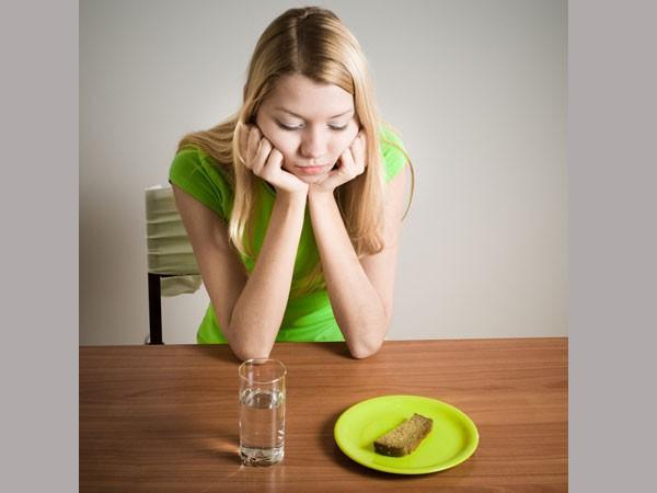 Không bỏ bữa: Nhiều người lầm tưởng rằng bỏ bữa sẽ giúp họ có được thân hình cân đối. Thực tế, thói quen này làm giảm tốc độ trao đổi chất, dẫn đến thiếu các chất dinh dưỡng thiết yếu. Nó còn dẫn đến các vấn đề về dạ dày và gây mệt mỏi.