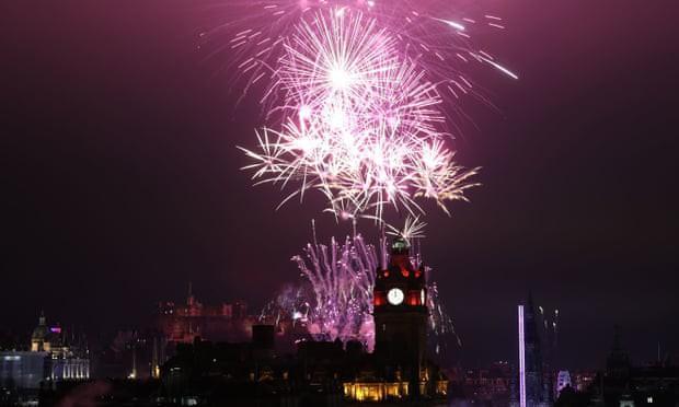 Bầu trời Edinburgh, Scotland rực sáng với màn pháo hoa mừng Năm mới 2020.