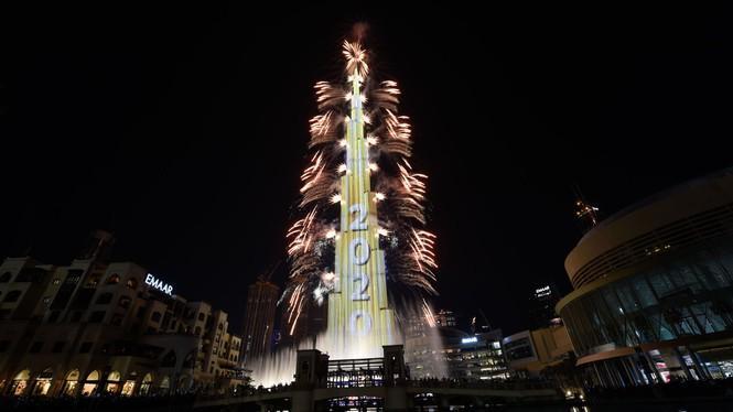 Như thường lệ, Dubai tiếp tục gây ấn tượng bằng màn pháo hoa dọc thân tòa tháp cao nhất thế giới Burj Khalifa.