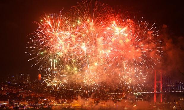 Thành phố Istanbul (Thổ Nhĩ Kỳ) đã tổ chức một buổi trình diễn pháo hoa ngoạn mục chào đón Năm mới