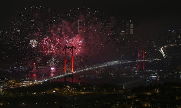 tâm điểm là cây cầu 15 July Martyrs nối liền các lục địa châu Âu và châu Á.
