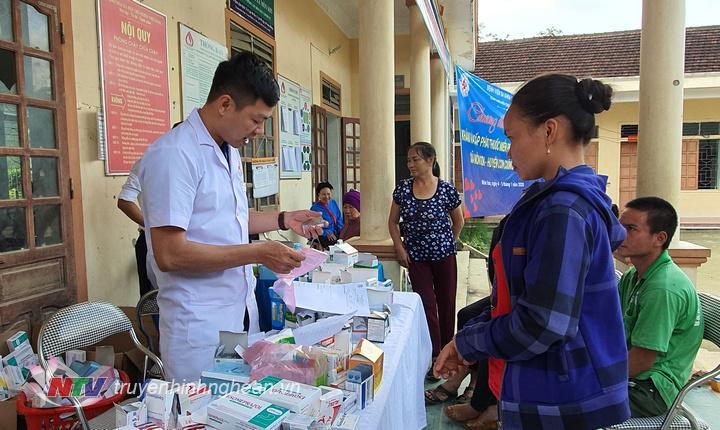 Khám, cấp thuốc miễn phí cho các đôi tượng thuộc gia đình chính sách, hộ nghèo trên địa bàn xã Môn Sơn, huyện Con Cuông.