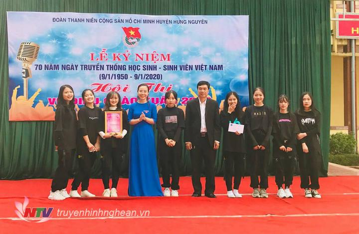 BTC trao giải Nhất cho nhóm nhảy đến từ Trường THPT Thái Lão.