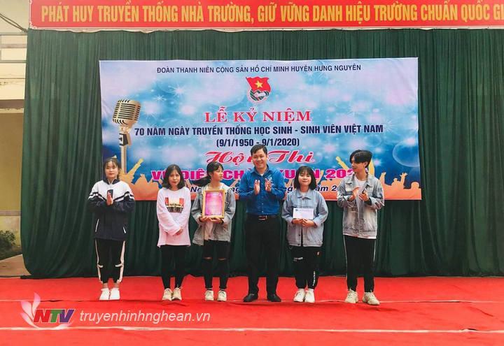 BTC trao giải Nhì cho nhóm nhảy đến từ Trường THPT Lê Hồng Phong.