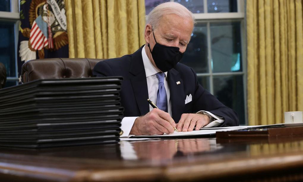 Tổng thống Mỹ Joe Biden chuẩn bị ký loạt sắc lệnh tại Phòng Bầu dục của Nhà Trắng ngày 20/1. Ảnh: AFP.